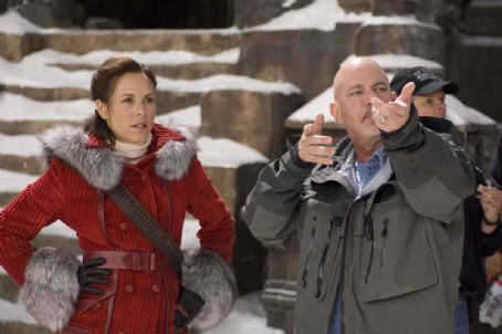 Rob Cohen MARIA BELLO as adventurer Evelyn OConnell and director ROB COHEN on the set.