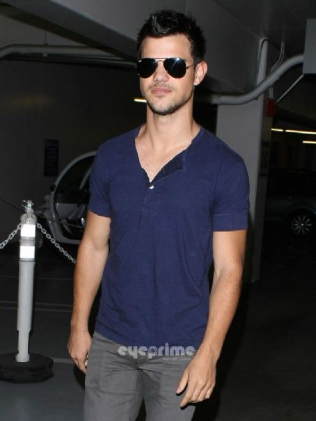 Taylor Lautner paid a visit to the Pacific Design Center in Hollywood this afternoon, January 12