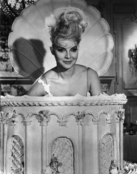 Virna Lisi  in How to Murder Your Wife (1965)