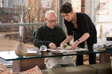 "No Reservations BOB BALABAN as Therapist and CATHERINE ZETA-JONES as Kate in Warner Bros. Pictures' and Village Roadshow Pictures' romantic drama "","" distributed by Warner Bros. Pictures. The film also stars Aaron Eckhart. Photo by"