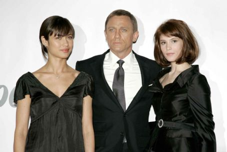 Olga Kurylenko and Daniel Craig - Press conference on the set of Quantum of Solace at Pinewood Studio. Left to right: Olga Kurylenko, Daniel Craig and Gemma Arterton. Byline David Dettmann. Quantum of Solace © 2008 Danjaq, LLC, United Artists Corporation, Columbia Pictures Industries, Inc