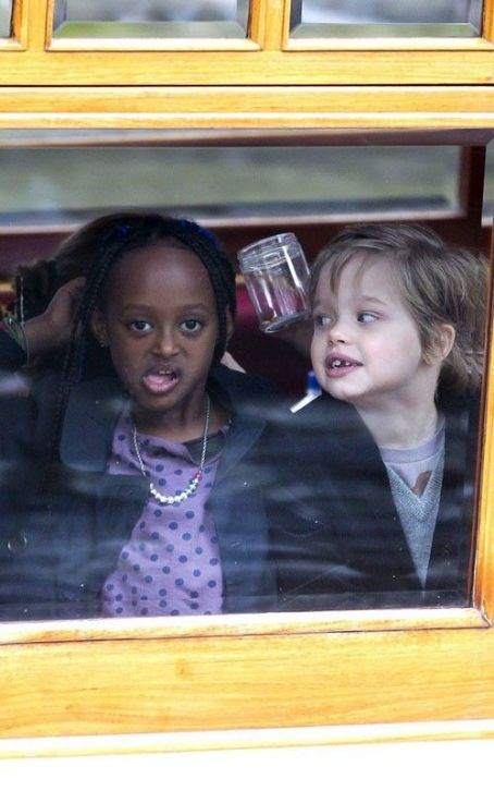 Angelina Jolie & Co : Canal Ride Family Fun