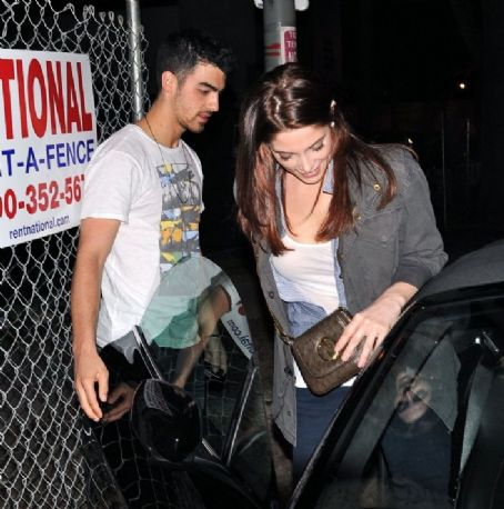 Joe Jonas and Ashley Greene - Ashley Greene and Joe Jonas were spotted getting a bite to eat at the Urth Cafe (February 24)