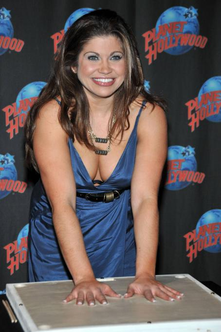 Danielle Fishel - Handprint Ceremony At Planet Hollywood In NY, 15.12.2008.
