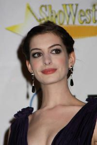 Anne Hathaway's Mom Will Be Her Escort At The Golden Globes Ceremony