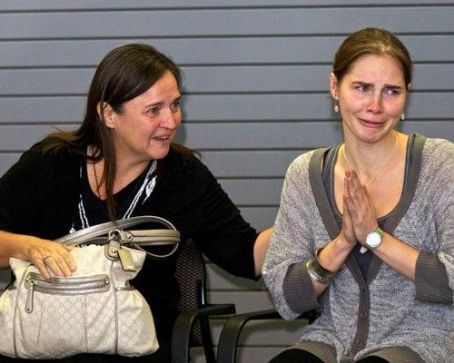 Amanda Knox  Returns to U.S., Tearfully Thanks Supporters