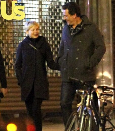 Michelle Williams Dating Jason Segel: See Their Romantic Stroll!