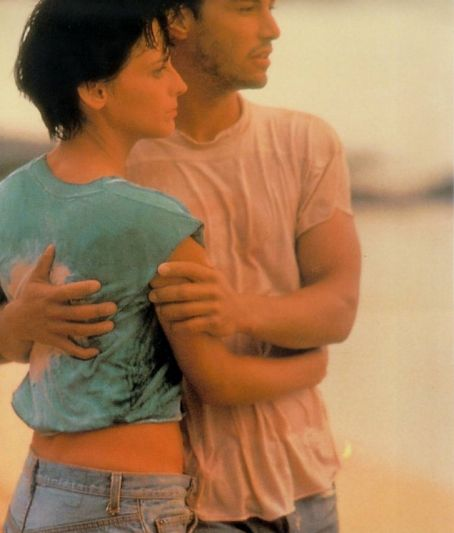 Keanu Reeves and Lori Petty - Keanu Reeves as Johnny Utah and Lori Petty as Tyler in Point Break (1991)