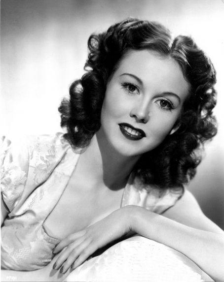 Hazel Court - Photo Actress