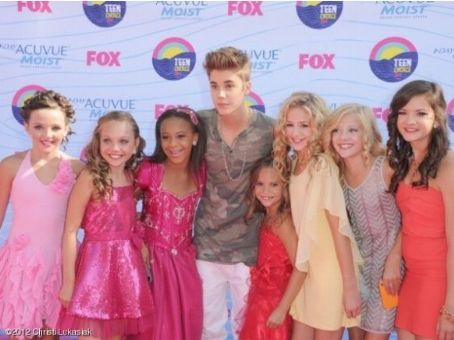 Justin Bieber met the stars of Dance Moms on the red carpet before the show
