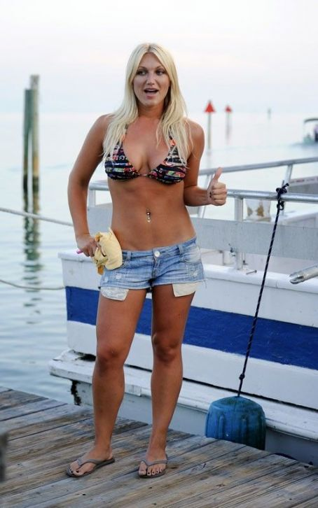 Brooke Hogan: Hit the shore of the Florida