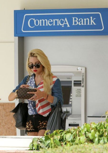Amanda Bynes running out of gas in Studio City, CA (August 16)