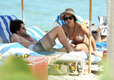 Zoë Kravitz and Penn Badgley - Penn Badgley And Zoe Kravtiz Enjoying A Day At The Beach In Miami