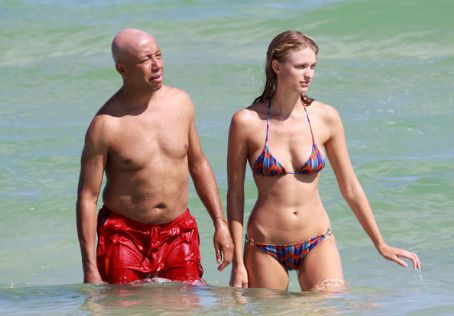 Russell Simmons - Russell Simons and Julie Henderson at the Beach October 5, 2009
