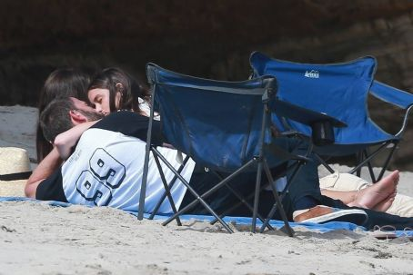 Ana De Armas and Ben Affleck – Spotted with friends on the beach in Malibu