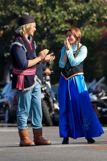 Jonhathan Groff and Kirsten Bell  – Perform a 'Frozen' skit in traffic outside CBS Studios (November 2019).
