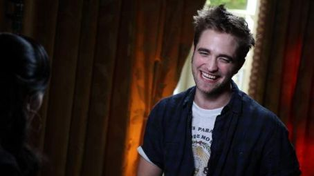 Shaun Robinson from Access Hollywood Interviews Robert Pattinson