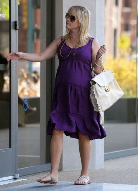 Reese Witherspoon arriving at the Art Institute in North Hollywood, CA for a meeting (August 10)