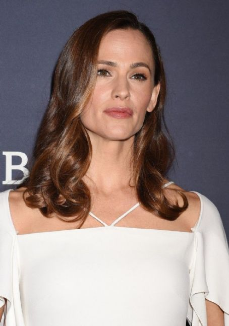 Jennifer Garner in white Roland Mouret at the Baby2Baby gala: classic and lovely?