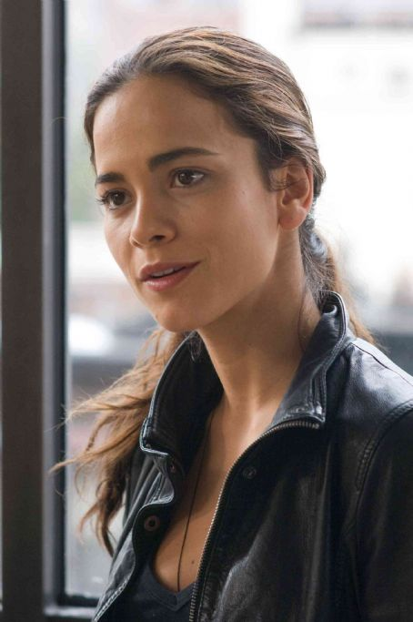 "Alice Braga ALICE BRAGA as Anna in Warner Bros. Pictures' and Village Roadshow Pictures' sci-fi action adventure ""I Am Legend,"" distributed by Warner Bros. Pictures. The film stars Will Smith. Photo by Barry Wetcher, SMPSP"