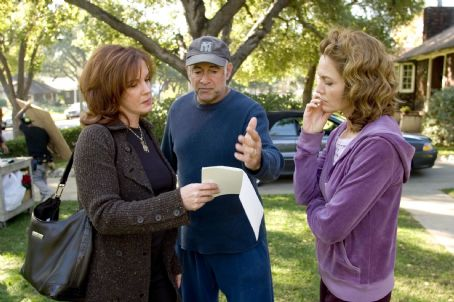 "Elizabeth Perkins (L-R) ELIZABETH PERKINS, Director GARY DAVID GOLDBERG and DIANE LANE on the set of Warner Bros. Pictures' romantic comedy ""Must Love Dogs,"" also starring John Cusack."