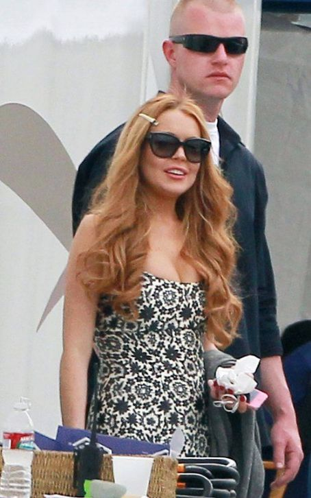 "Tardy Lindsay Lohan's Smoky Day on the ""Glee"" Set"