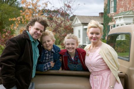 Fern L to R: Kevin Anderson, Louis Corbett, Dakota Fanning and Essie Davis in Paramount Pictures' Charlotte's Web (2006)