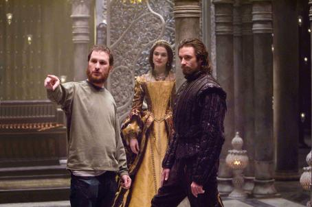 "Darren Aronofsky - Director DARREN ARONOFSKY discusses a scene with actors RACHEL WEISZ and HUGH JACKMAN in Warner Bros. Pictures' and Regency Enterprises' sci-fi fantasy ""The Fountain."" Photo by Takashi Seida"