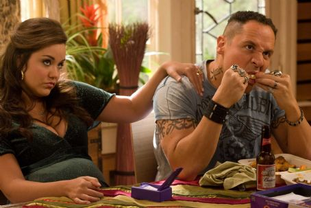 Katy Mixon (L-r) KATY MIXON as Susan and JON FAVREAU as Denver in New Line Cinema's romantic comedy, 'Four Christmases,' starring VINCE VAUGHN and REESE WITHERSPOON. The film is distributed by Warner Bros. Pictures. Photo: John P. Johnson