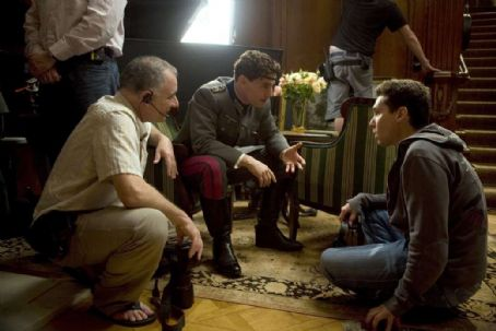 Bryan Singer Director/Producer BRYAN SINGER discusses a scene with TOM CRUISE (center) and the director of photography NEWTON THOMAS SIGEL. ASC (left) on the set of the suspense thriller VALKYRIE. VALKYRIE opens in theatres nationwide on December 25, 2008. © 2008 Unit