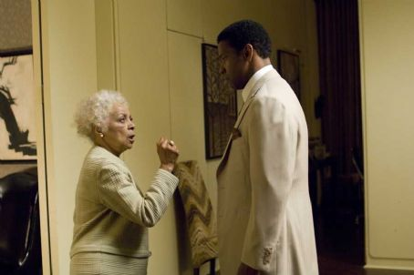 Ruby Dee  as Mrs. Lucas and Denzel Washington as Frank Lucas in the scene of American Gangster.
