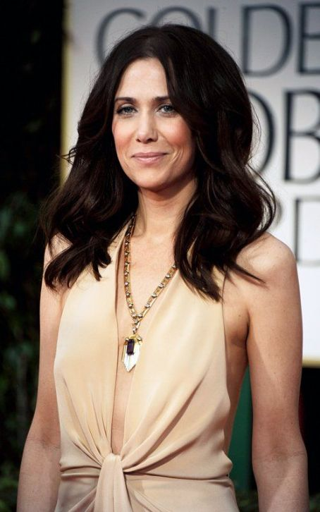 Kristen Wiig Works It On the Golden Globes Red Carpet
